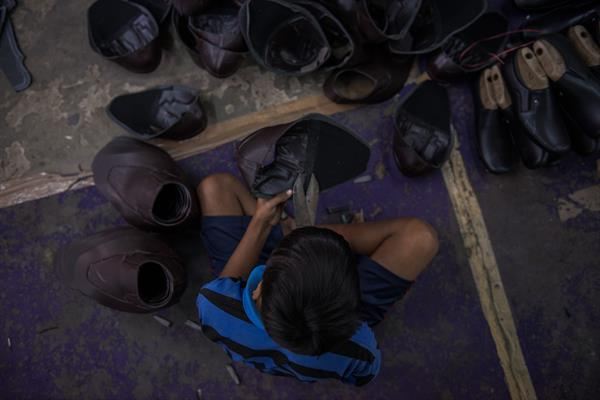 Der 13-jährige Jatin aus Indien muss in einer Schuhfabrik arbeiten.