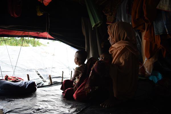 Razia hat Angst um ihre Töchter Fiza und Heena. Die Familie lebt in einem Flüchtlingslager in Bangladesch.