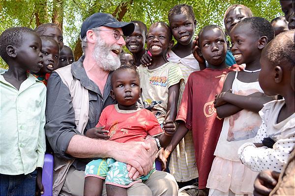 Liam Cunningham besuchte gemeinsam mit World Vision Projekte im Südsudan.